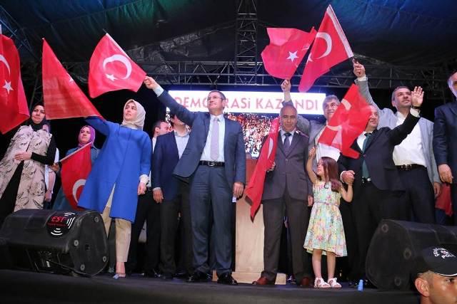 Photo of DEMOKRASİ NÖBETİ CANİKLİ'YE MİTİNGE DÖNÜŞTÜ