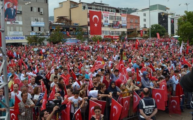 GİRESUN'DA DEMOKRASİ VE ŞEHİTLER MİTİNGİ YAPILDI