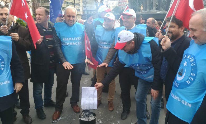 MEMURLAR MAAŞ ZAMMINI BORDROLARINI YAKARAK PROTESTO ETTİ